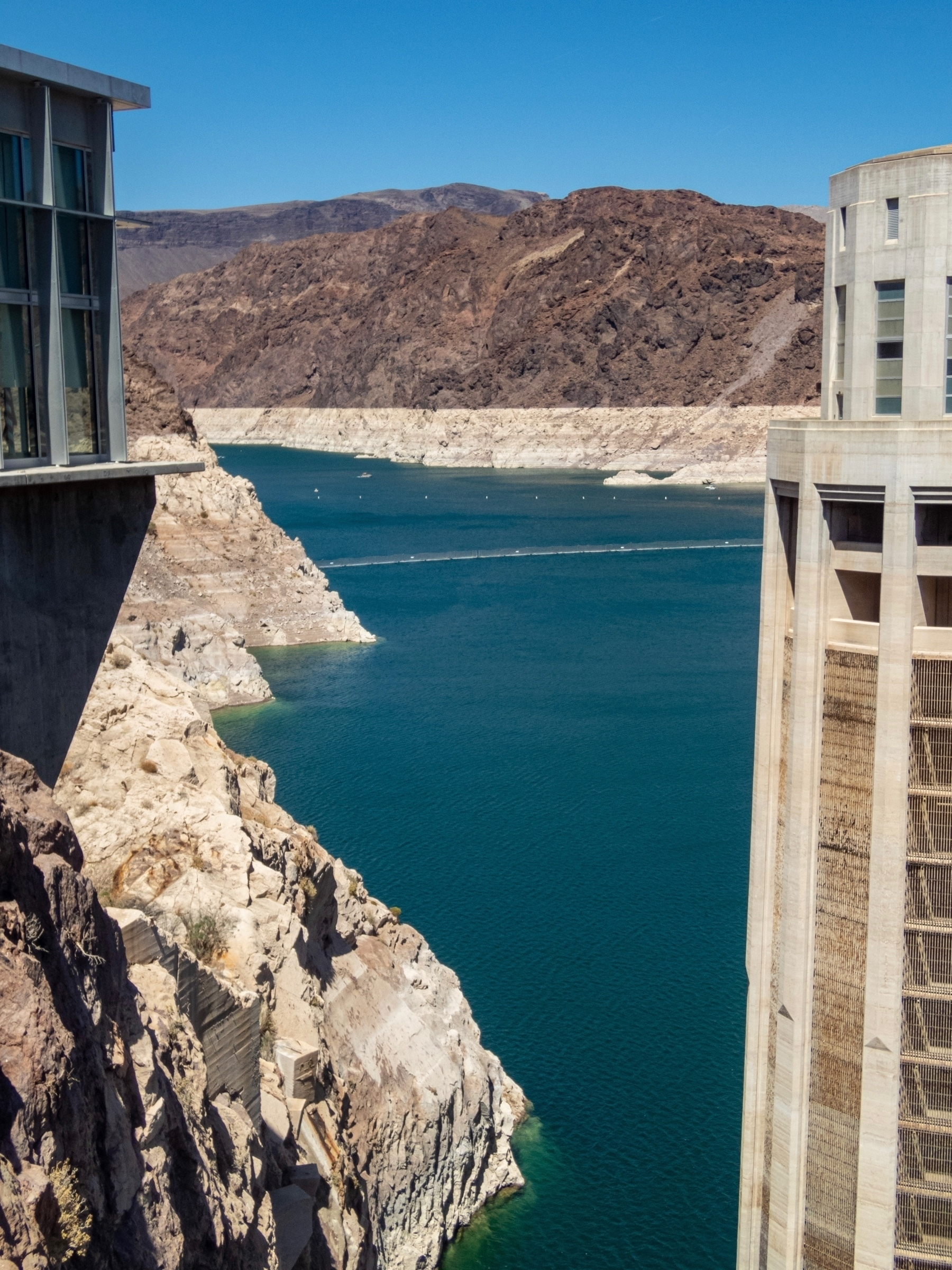 Lake Meade upstream of hoover dam with white bathtub ring